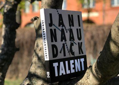 Buch auf Baum