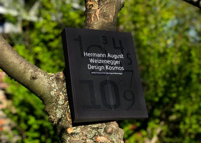 Buch im Baum