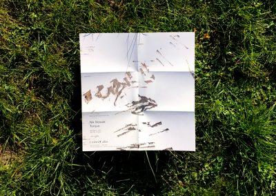 Ausgeklappter Flyer auf der Wiese